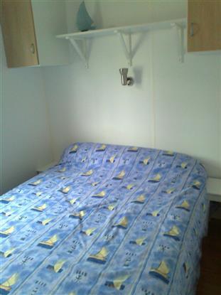 traversin et oreillers dans armoire
